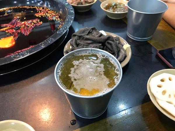 """火锅店老板将""""花盆""""当酒杯 看呆食客"""