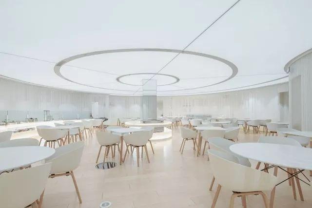餐饮设计公司如何通过设计去构筑适合现代的餐饮空间,使享用美食成为现代人追求生活品味的符号?是如今的餐饮经营者和餐饮设计公司需要面对的一道难题。 2018年有很多的创意的餐饮空间设计,通过深化品牌,提炼设计元素,诠释地道的味道与文化以及落地设计。下面美御为大家分享几个出色的餐饮空间设计案例。 Arbor餐厅,香港 Arbor的设计灵感来自大自然的宁静,Yabu Pushelberg 将 Arbor 想象成一个诗人和厨师的迷人森林之家,旨在打造一个让人舒缓灵魂和摆脱城市生活烦恼的迷人空间。   从入口到酒窖再
