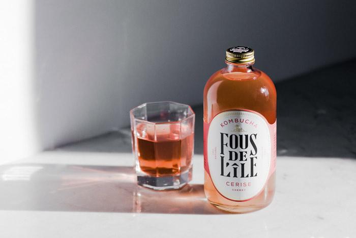 这是国外的一款发酵茶饮料的品牌VI设计及包装设计欣赏,这是一款打造发酵素的概念,茶作为一种天然的饮料与保健更具有广泛的吸引力,使它能摆脱有限的感知作为一种健康饮料。饮料作为健康的产业,在包装设计上一定要给消费者传递健康活力的概念更能深得消费者的认可。